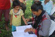 महिला सदस्य श्री भुलमाया वि.क ले सहयोग गर्दै