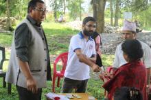 प्रमुख प्रशासकीय अधिकृत श्री कृष्ण प्रसाद ज्ञवाली ज्यूले नगद हस्तान्तरण गर्दै